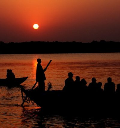 Boottocht bij zonsopkomst